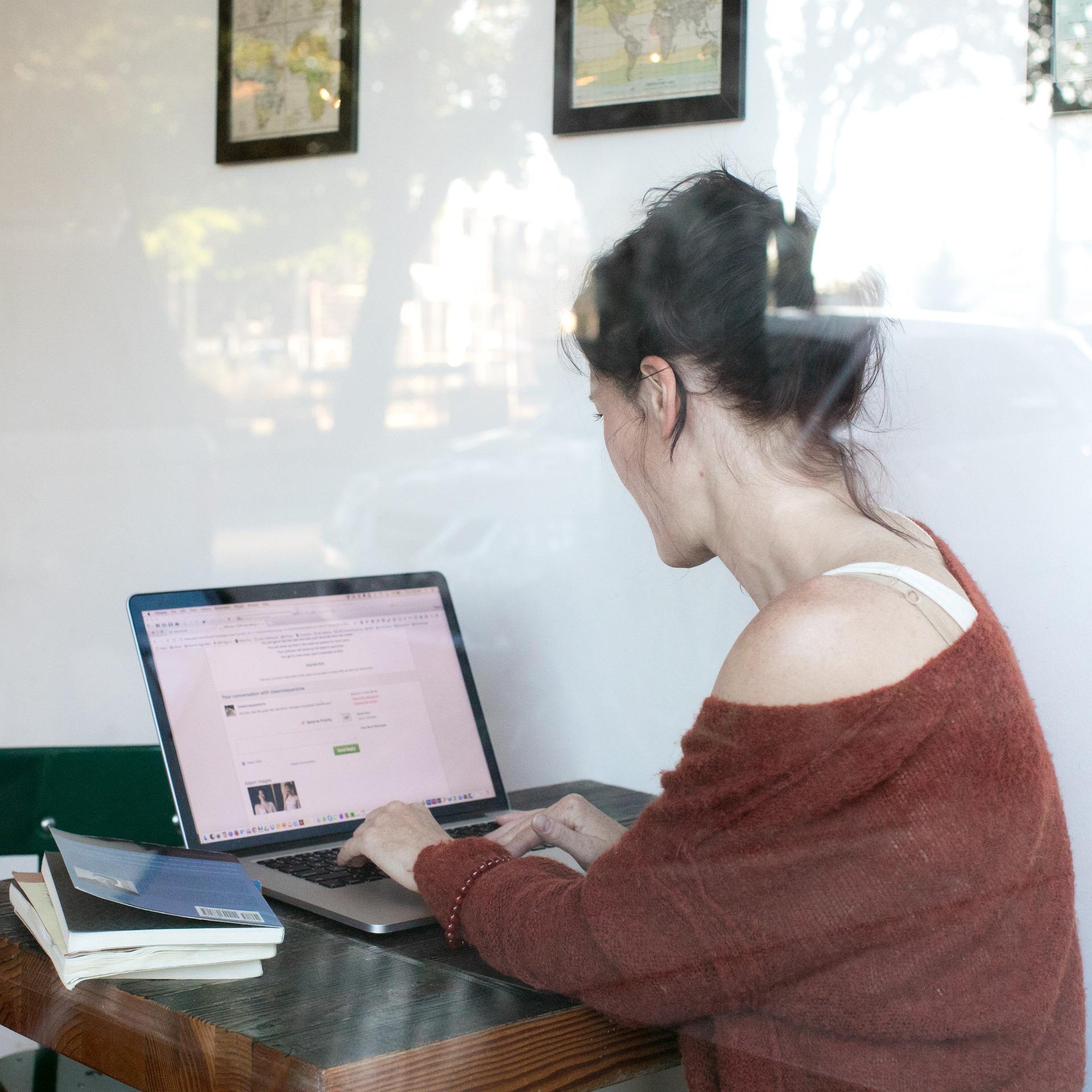 Nicht wenige Menschen suchen beim Online-Dating die große Liebe. Doch um diese auch zu finden, sollten sie nicht naiv, sondern vorsichtig an die Sache herangehen.
